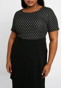 Dorothy Perkins Curve - SPOT CHECK DRESS - Jerseykjole - black - 4