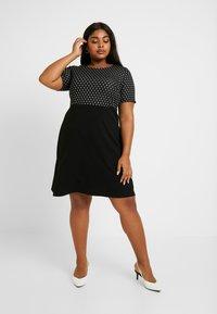 Dorothy Perkins Curve - SPOT CHECK DRESS - Jerseykjole - black - 2