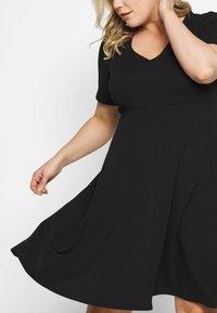 Dorothy Perkins Curve - V NECK DRESS - Robe en jersey - black - 3