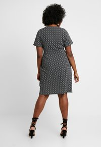 Dorothy Perkins Curve - GEO PRINT SHORT SLEEVE RING WRAP - Vestido ligero - black - 2