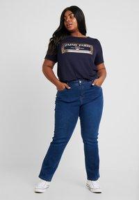 Dorothy Perkins Curve - NAVY MOTIF - T-shirt con stampa - navy - 1