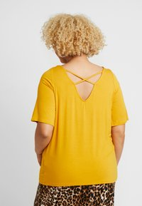 Dorothy Perkins Curve - CROSS FRONT AND BACK - T-shirt basique - ochre - 2