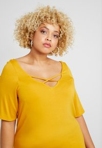 Dorothy Perkins Curve - CROSS FRONT AND BACK - T-shirt basique - ochre - 3