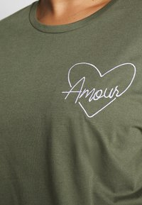 Dorothy Perkins Curve - HEART MOTIF TEE - T-shirt con stampa - khaki - 4