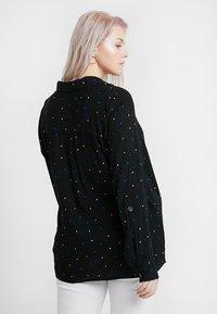 Dorothy Perkins Curve - PRINTED CRINKLE SHIRT - Skjorta - black base spot - 2