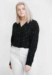 Dorothy Perkins Curve - PRINTED CRINKLE SHIRT - Skjorta - black base spot - 0