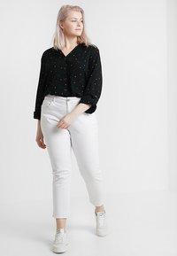 Dorothy Perkins Curve - PRINTED CRINKLE SHIRT - Skjorta - black base spot - 1