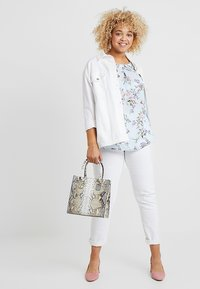 Dorothy Perkins Curve - SOFT FLORAL SHELL WITH FLUTTER SLEEVE - Blouse - blue - 1