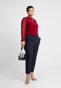 Dorothy Perkins Curve - WINE ITY TRIM KNOT NECK LONG SLEEVE BLOUSE - Pitkähihainen paita - oxblood