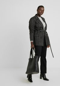 Dorothy Perkins Curve - ELLIS - Bootcut jeans - black - 1