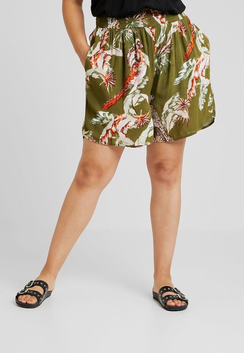 Dorothy Perkins Curve - CRINKLE PARROT PRINT - Shorts - olive
