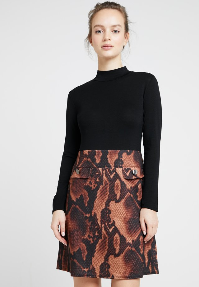 SNAKE DRESS - Jerseykjoler - brown