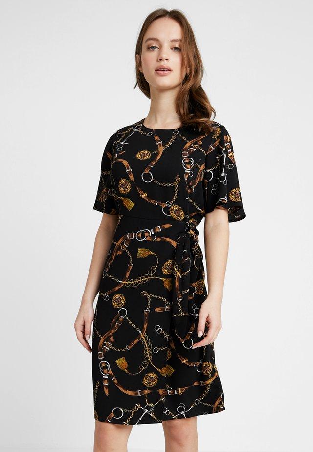 BELT PRINT DRESS - Hverdagskjoler - black