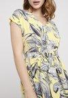 Dorothy Perkins Petite - SHORT SLEEVE LEAF BODICE FIT AND FLARE - Robe d'été - lemon