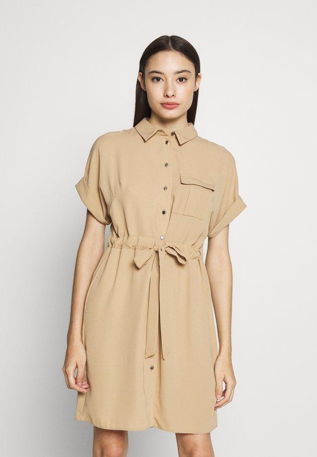 FLORAL DRESS - Vestido vaquero - beige
