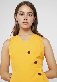 Dorothy Perkins Petite - BUTTON FRONT TAILORED DRESS - Tubino - ochre - 3