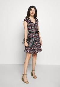 Dorothy Perkins Petite - DITSY DRESS - Žerzejové šaty - black - 1