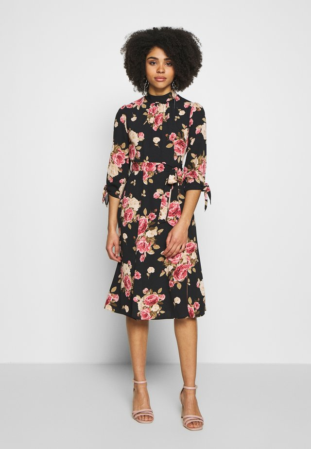 PETITES ELIZA FLORAL FIT AND FLARE DRESS - Day dress - black