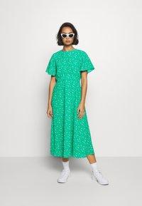 Dorothy Perkins Petite - DITSY EMPIRE DRESS - Sukienka letnia - green - 1
