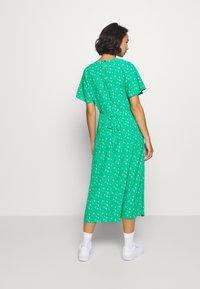 Dorothy Perkins Petite - DITSY EMPIRE DRESS - Sukienka letnia - green - 2