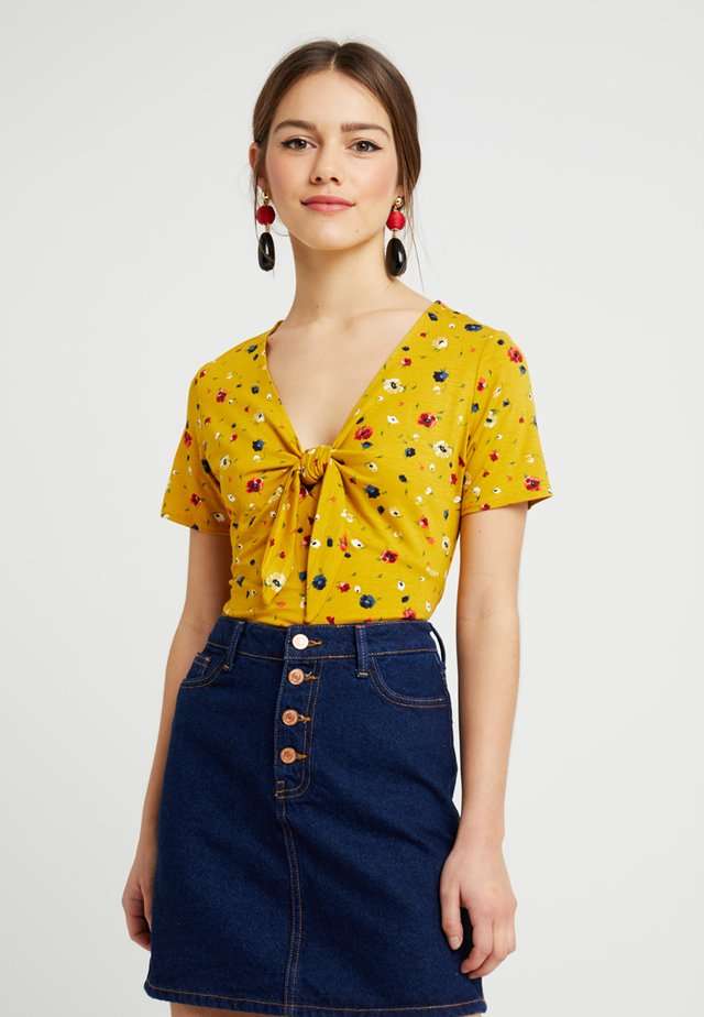 DITSY TIE FRONT - T-shirts print - ochre