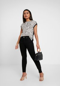Dorothy Perkins Petite - NON ANIMAL PRINT FRONT BACK - Blouse - ivory - 1
