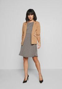 Dorothy Perkins Petite - EDGE TO EDGE ROUCHED SLEEVE JACKET - Blazer - light brown - 1