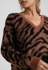 Dorothy Perkins Petite - BRUSHED ZEBRA V NECK JUMPER - Pullover - brown