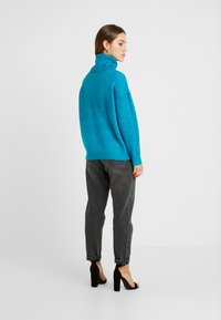 Dorothy Perkins Petite - BOUCLE ROLL NECK - Trui - peacock - 2