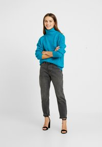 Dorothy Perkins Petite - BOUCLE ROLL NECK - Trui - peacock - 1