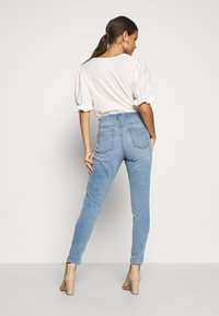 Dorothy Perkins Petite - HARPER  - Jeans Skinny Fit - light wash denim - 2