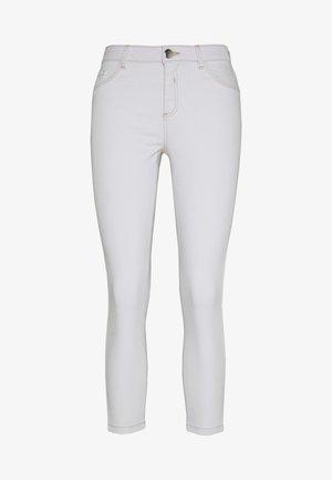 STITCH DARCY  - Skinny džíny - white