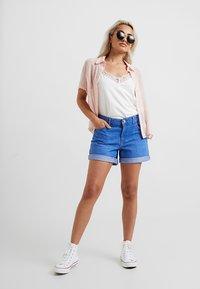 Dorothy Perkins Petite - BOY - Jeans Short / cowboy shorts - bright blue - 1