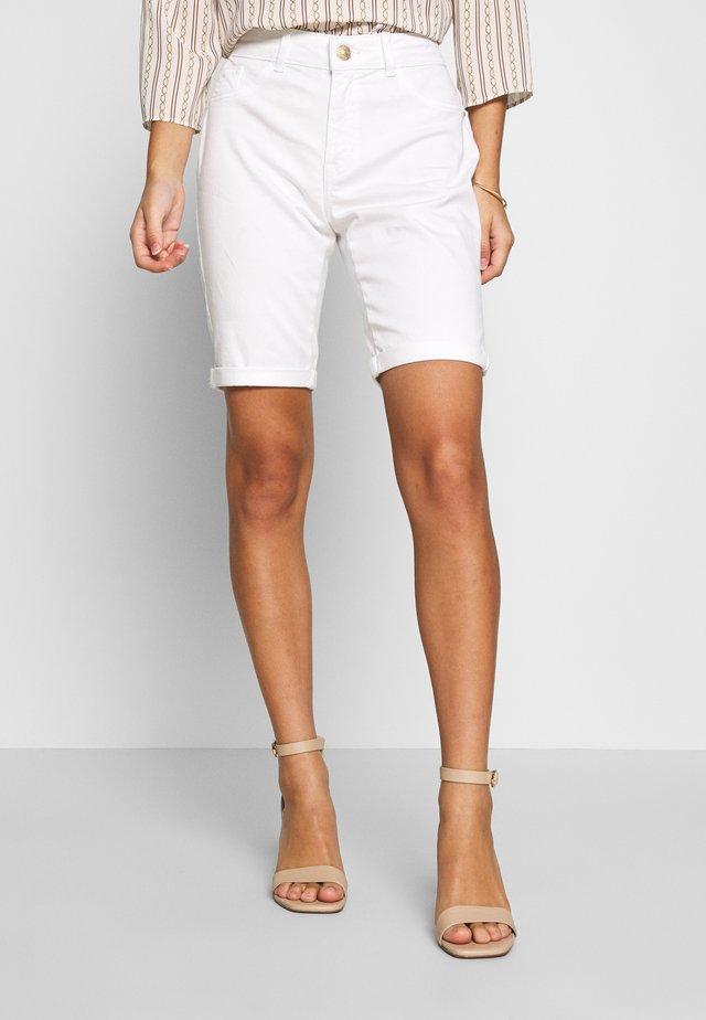PETITES DENIM KNEE - Jeans Short / cowboy shorts - white