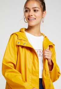 Dorothy Perkins Petite - RAINCOAT - Waterproof jacket - sunshine yellow