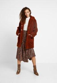 Dorothy Perkins Petite - LONGLINE COAT - Abrigo de invierno - rust - 1