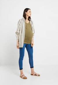 Dorothy Perkins Maternity - OVER BUMP HARPER CROP - Jeans slim fit - bright blue - 1