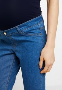 Dorothy Perkins Maternity - OVER BUMP HARPER CROP - Jeans slim fit - bright blue - 3