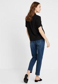 Dorothy Perkins Maternity - OVER BUMP BOYFRIEND - Jeans baggy - midwash - 2