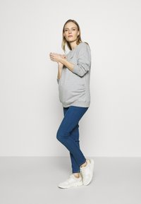 Dorothy Perkins Maternity - OVERBUMP EDEN JEGGING - Jeans slim fit - mid wash denim - 1