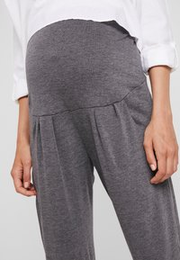Dorothy Perkins Maternity - OVERBUMP JOGGERS 2 PACK - Pantalon de survêtement - black/charcoal - 5