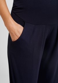 Dorothy Perkins Maternity - OVERBUMP - Pantalon de survêtement - navy - 4