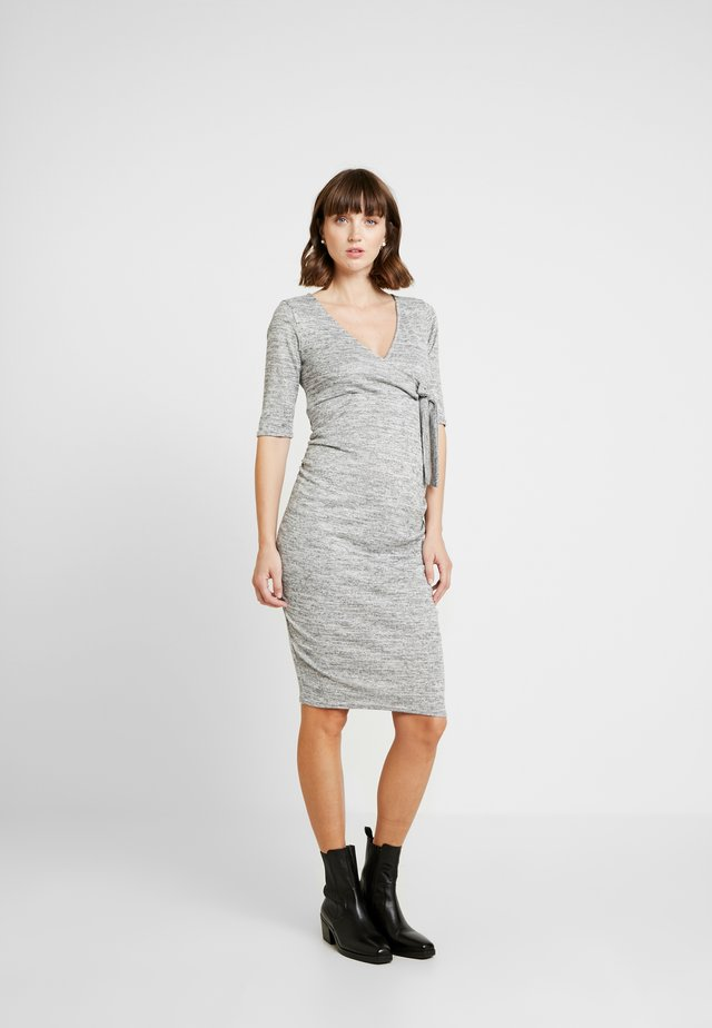 GRY RUCH WRAP DRESS - Strickkleid - light grey