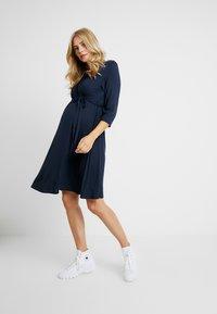 Dorothy Perkins Maternity - NURSING RUCHED WRAP DRESS - Jerseyklänning - navy - 1