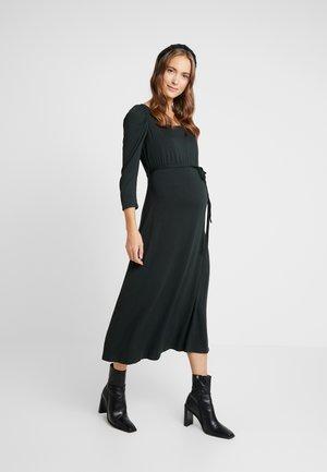 MOLLY DRESS - Žerzejové šaty - green