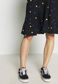 Dorothy Perkins Maternity - MATERNITY NECK TIERED COLOURED SPOT PRINT DRESS - Vestido ligero - black - 5