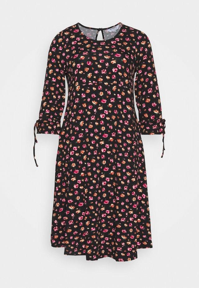 DRESS - Žerzejové šaty - black/pink