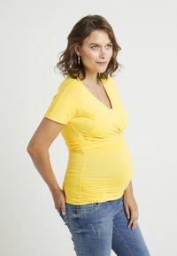 Dorothy Perkins Maternity - SHORT SLEEVE BALET WRAP - T-shirts med print - lemon - 0