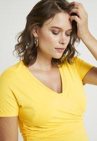 Dorothy Perkins Maternity - SHORT SLEEVE BALET WRAP - T-shirts med print - lemon - 3