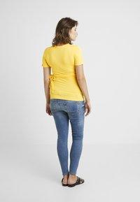 Dorothy Perkins Maternity - SHORT SLEEVE BALET WRAP - T-shirts med print - lemon - 2